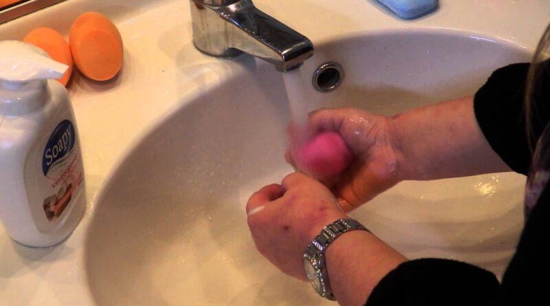 Make up spons schoonmaken